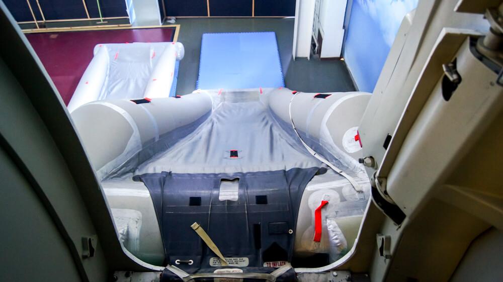 Тренажёр аварийного покидания салона самолёта